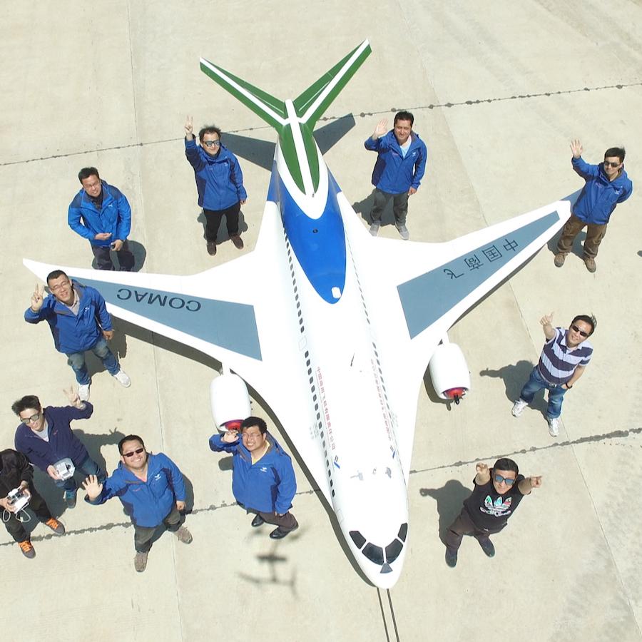 梦幻工作室成立于2013年,是中国商飞北研中心青年人工程师自规划、自组织、自管理的科技创新团队,最初由7个青年工程师用业余时间发起并成立,经过5年的发展,如今已经成为了联合包括中国航空研究院、中国试飞院、清华大学等8家单位联合参与的规模。团队围绕先进气动布局探索、缩比飞行验证、先进技术的飞行演示验证开展民用航空科技探索活动,所设计并制造的灵雀B验证机是国内最大的民机缩比飞行验证机,并于2017年4月首飞成功。